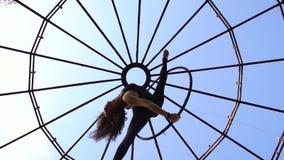 Μια άποψη από κάτω από ως brunette κάτω από έναν θόλο σε ένα υπόβαθρο του ουρανού περιβάλλει κάτω από ένα δαχτυλίδι για το εναέρι απόθεμα βίντεο