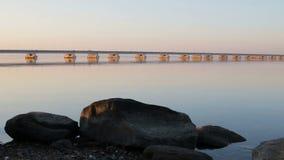 Μια άποψη από την ακτή μιας γέφυρας χαμηλός-νερού απόθεμα βίντεο