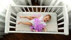Μια άποψη από την κορυφή σε ένα μήνας-παλαιό μωρό σε ένα παχνί μωρών φιλμ μικρού μήκους
