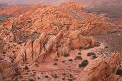 Μια άποψη από υψηλό σε έναν απότομο βράχο με το φως predawn στο Babylon αλέθει campground στην κόκκινη επιφύλαξη ερήμων απότομων  Στοκ Εικόνες