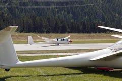 Μια άποψη ενός ανεμοπλάνου που προσγειώνεται στον αερολιμένα του ST Moritz στα ελβετικά όρη Στοκ Φωτογραφίες
