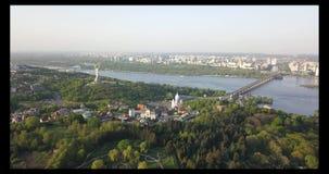 Μια άποψη ματιών πουλιών ` s, πανοραμικό βίντεο από τον κηφήνα 4K στο βοτανικό κήπο, το μνημείο μητέρας πατρίδας, ποταμός Dnieper απόθεμα βίντεο