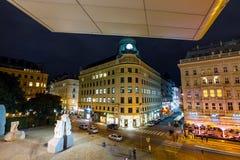 Μια άποψη νύχτας της διάσημης κρατικής όπερας στη Βιέννη, Αυστρία Στοκ εικόνα με δικαίωμα ελεύθερης χρήσης