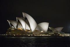 Μια άποψη νύχτας της Όπερας στο Σίδνεϊ Αυστραλία Στοκ Φωτογραφία