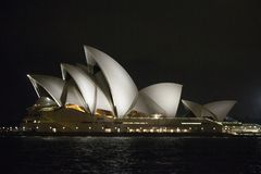 Μια άποψη νύχτας της Όπερας στο Σίδνεϊ Αυστραλία Στοκ φωτογραφίες με δικαίωμα ελεύθερης χρήσης