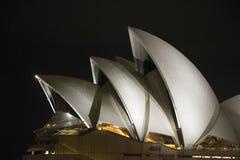 Μια άποψη νύχτας της Όπερας στο Σίδνεϊ Αυστραλία Στοκ φωτογραφία με δικαίωμα ελεύθερης χρήσης