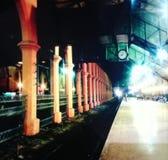 Μια άποψη νύχτας του σιδηροδρομικού σταθμού στοκ εικόνες