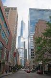 Μια άποψη οδών του πύργου ατού με άλλους κτήρια και ουρανοξύστες στο Σικάγο Στοκ φωτογραφίες με δικαίωμα ελεύθερης χρήσης
