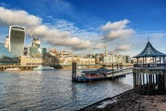 Μια άποψη πέρα από τον ποταμό Τάμεσης με τους οικονομικούς ουρανοξύστες Στοκ Εικόνα