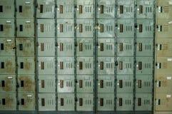 Μια άποψη προοπτικής ενός σωρού των γκρίζων σχολικών ντουλαπιών μετάλλων με τις κλειδαριές συνδυασμού Στοκ εικόνα με δικαίωμα ελεύθερης χρήσης