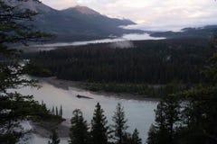 Μια άποψη στη χαραυγή του ποταμού Athabasca δεδομένου ότι υφαίνει τον τρόπο του μέσω του εθνικού πάρκου ιασπίδων, Καναδάς, μια νε στοκ εικόνες
