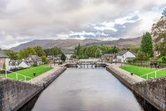 Μια άποψη στις καληδονιακές κλειδαριές καναλιών στο χωριό του Augustus οχυρών, Σκωτία στοκ εικόνες με δικαίωμα ελεύθερης χρήσης