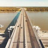 Μια άποψη στο ανάχωμα γεφυρών και ποταμών πόλεων Μια ευθεία γραμμή μιας καλοχτισμένης εθνικής οδού στις όχθεις ποταμού Πόλη στοκ εικόνα με δικαίωμα ελεύθερης χρήσης