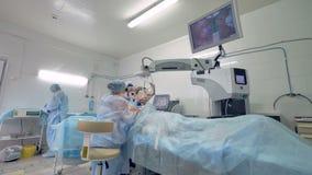 Μια άποψη σχετικά με ένα δωμάτιο χειρουργικών επεμβάσεων κατά τη διάρκεια των ασθενών που λαμβάνουν τη θεραπεία ματιών απόθεμα βίντεο