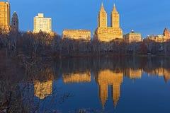 Μια άποψη σχετικά με τα κτήρια του Μανχάταν από το Central Park στην ανατολή το χειμώνα Στοκ φωτογραφία με δικαίωμα ελεύθερης χρήσης