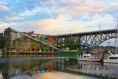 Μια άποψη σχετικά με το νησί Granville με την παραμονή βιομηχανικό τοπίο, δεμένες βάρκες και γέφυρα οδών Granville πέρα από τον ψ Στοκ Φωτογραφίες