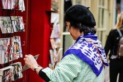 Μια άποψη της ασιατικής κυρίας που μια κάρτα στην Υόρκη το Σεπτέμβριο του 2018 στοκ εικόνες