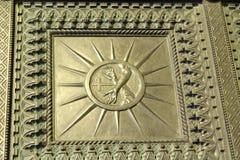 Μια άποψη της βασιλικής του ST Anthony την Κυριακή - μια λεπτομέρεια των πορτών εισόδων - Πάδοβα, Ιταλία Στοκ Φωτογραφία