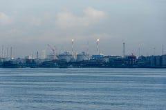 Μια άποψη της βιομηχανίας διυλιστηρίων πετρελαίου και των ωκεάνιων νερών στοκ φωτογραφία με δικαίωμα ελεύθερης χρήσης