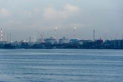 Μια άποψη της βιομηχανίας διυλιστηρίων πετρελαίου και των ωκεάνιων νερών στοκ φωτογραφία