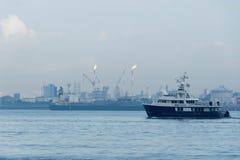 Μια άποψη της βιομηχανίας διυλιστηρίων πετρελαίου και των ωκεάνιων νερών που είναι patro στοκ φωτογραφία με δικαίωμα ελεύθερης χρήσης