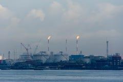 Μια άποψη της βιομηχανίας διυλιστηρίων πετρελαίου και των ωκεάνιων νερών που είναι patro στοκ φωτογραφίες