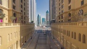 Μια άποψη της κυκλοφορίας στην οδό στην κατοικία παραλιών Jumeirah και τη μαρίνα του Ντουμπάι timelapse, Ηνωμένα Αραβικά Εμιράτα απόθεμα βίντεο
