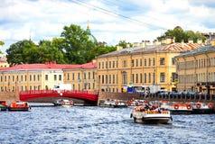 Μια άποψη της κόκκινης γέφυρας στην Άγιος-Πετρούπολη στοκ φωτογραφίες