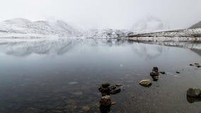 Μια άποψη της λίμνης Gurudongmar με τις χιονισμένες αιχμές, Sikkim Στοκ Εικόνες