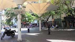 Μια άποψη της λεωφόρου Sabana Grande στο Καράκας με το πεζοδρόμιο λεωφόρων Sabana Grande κάλυψε το τετράγωνο απόθεμα βίντεο