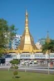Μια άποψη της παγόδας Sule από το πάρκο πόλεων στην ηλιόλουστη ημέρα Myanmar yangon Στοκ φωτογραφίες με δικαίωμα ελεύθερης χρήσης