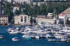 Μια άποψη της πόλης στη Μαύρη Θάλασσα στην Ουκρανία με τα μέρη των γιοτ στοκ φωτογραφία με δικαίωμα ελεύθερης χρήσης