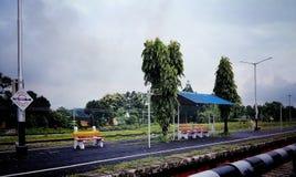 Μια άποψη του ινδικού σιδηροδρομικού σταθμού μέσω του παραθύρου ενός τραίνου στοκ φωτογραφίες με δικαίωμα ελεύθερης χρήσης