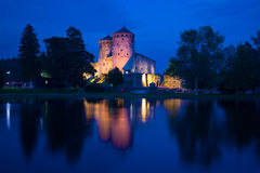 Μια άποψη του μεσαιωνικού φρουρίου Olavinlinna της μπλε νύχτας Αυγούστου αρχαίο ηλιοβασίλεμα savonlinna olavinlinna φρουρίων της  Στοκ Εικόνα