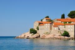 Μια άποψη του νησιού Sveti Stefan μια θερινή ημέρα, Μαυροβούνιο Στοκ φωτογραφίες με δικαίωμα ελεύθερης χρήσης