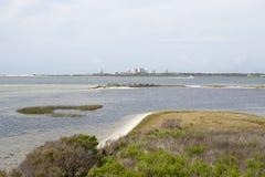 Μια άποψη του ορίζοντα του κλειδιού Perdido από τα νερά του μεγάλου κρατικού πάρκου λιμνοθαλασσών σε Pensacola, Φλώριδα Στοκ φωτογραφία με δικαίωμα ελεύθερης χρήσης