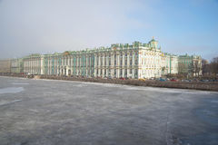 Μια άποψη του παγωμένου Neva και του χειμερινού παλατιού το απόγευμα Μαρτίου Άγιος-Πετρούπολη Στοκ φωτογραφίες με δικαίωμα ελεύθερης χρήσης