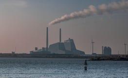 Μια άποψη του σταθμού παραγωγής ηλεκτρικού ρεύματος Avendøre από Svenskeholm στοκ εικόνες