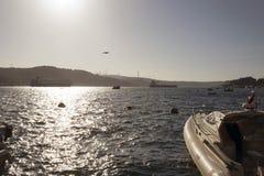 Μια άποψη του bosphorus Ιστανμπούλ και των μεγάλων σκαφών που περνούν από τη γέφυρα Στοκ εικόνα με δικαίωμα ελεύθερης χρήσης