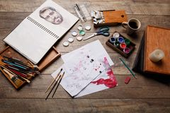 Μια άποψη των αντικειμένων για το σχέδιο Βούρτσες, χρώματα σε ένα κιβώτιο για τα υλικά στο ξύλινο παρκέ τέχνης ανασκόπησης μαύρο  Στοκ εικόνες με δικαίωμα ελεύθερης χρήσης