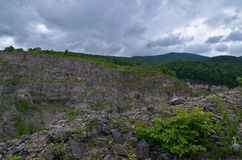Μια άποψη των απότομων βράχων και των βουνών Πράσινος θάμνος στο πρώτο πλάνο Στοκ φωτογραφίες με δικαίωμα ελεύθερης χρήσης