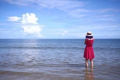 Μια άποψη των κοριτσιών πίσω στην μπλε παραλία και τον ουρανό Στοκ φωτογραφία με δικαίωμα ελεύθερης χρήσης