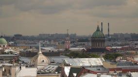 Μια άποψη των κτηρίων της Αγία Πετρούπολης από την κιονοστοιχία του καθεδρικού ναού του ST Isaac ` s απόθεμα βίντεο
