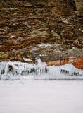 Μια άποψη των παγωμένων κυμάτων στους βράχους του νησιού Khuzhir baikal λίμνη στοκ φωτογραφίες με δικαίωμα ελεύθερης χρήσης