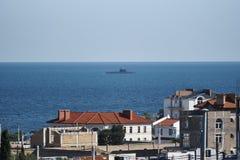 Μια άποψη των σπιτιών κάτω από την κατασκευή, τον ουρανό, και ένα υποβρύχιο στοκ εικόνα με δικαίωμα ελεύθερης χρήσης