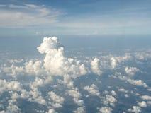 Μια άποψη των σύννεφων και του ουρανού από ένα αεροπλάνο στοκ φωτογραφία με δικαίωμα ελεύθερης χρήσης