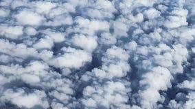 Μια άποψη των χνουδωτών σύννεφων από το παράθυρο αεροπλάνων Στοκ φωτογραφία με δικαίωμα ελεύθερης χρήσης