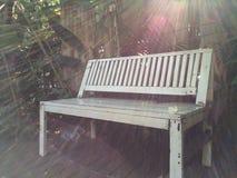 Μια άσπρη καρέκλα Στοκ φωτογραφία με δικαίωμα ελεύθερης χρήσης
