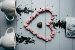 Μια άσπρη κούπα με τη ρόδινη καρδιά Στοκ εικόνα με δικαίωμα ελεύθερης χρήσης