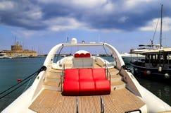 Μια άσπρη πολυτελής βάρκα με τα κόκκινα καθίσματα δέρματος στέκεται στην αποβάθρα στο λιμένα Στοκ φωτογραφία με δικαίωμα ελεύθερης χρήσης